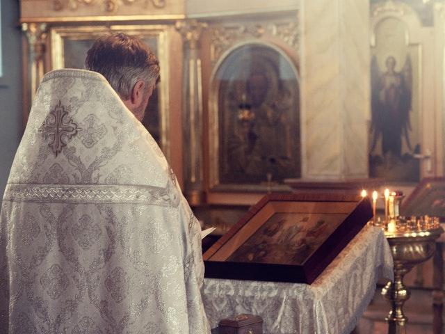 Katolsk präst i bön
